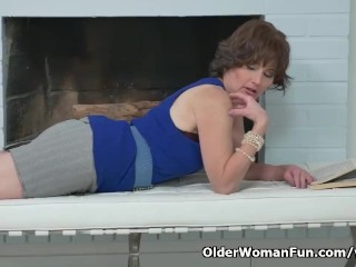 Euro milf Alice Sharp fingers and slaps her old cunt