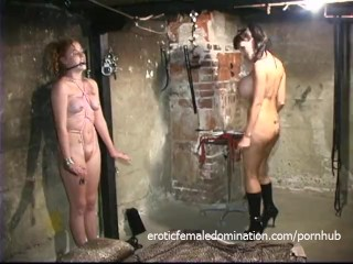 Stacked starlet drills her twat with a dildo while licking a pussy