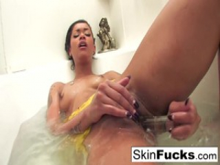 Skin Diamond's naughty bath playtime