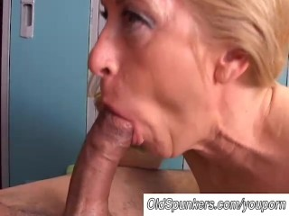 Gorgeous cougar loves to fuck