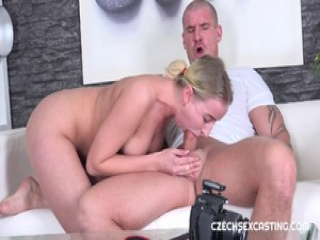 Babe blows on hung hunks cock