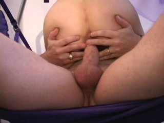 MILF squirts during sling fuck