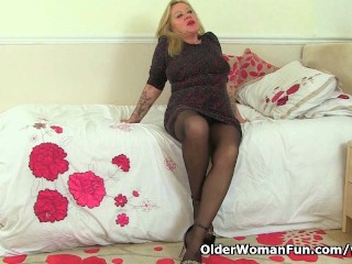 English milf Camilla strips off and puts her toy to work