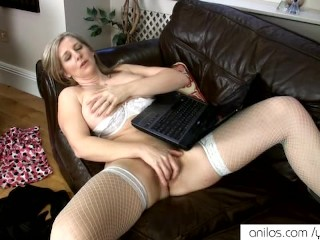 Housewife cums to women online
